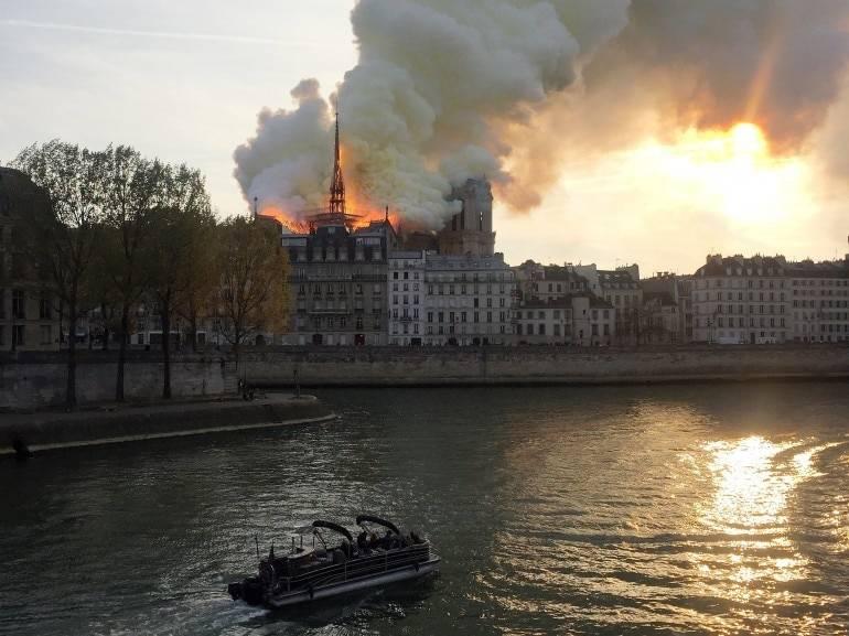 पेरिस का ऐतिहासिक गिरजाघर नोट्रे-डेम